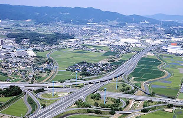 「OURS GARDEN 姫方」がある、佐賀県鳥栖市は九州の陸上交通において、交点に位置し、国道や鉄道の分岐点のため物流施設の集積地です。