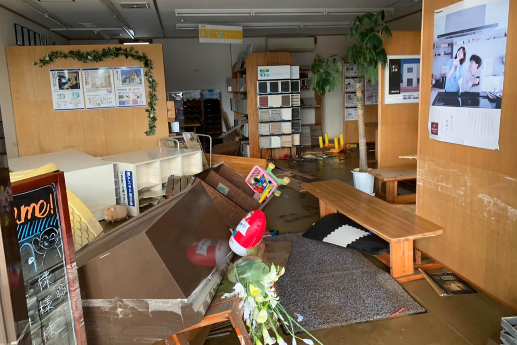 8.28大雨の被害を受けた朝日I&Rリアルティ武雄支店の店内の様子