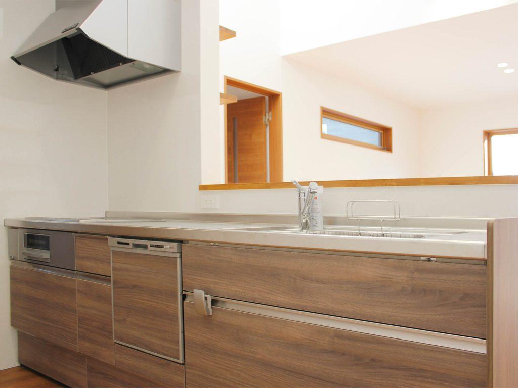 武雄市武雄町 新築建売住宅 「OURS 武雄 富岡 3号地」◆キッチン リクシル製のオール電化システムキッチンは嬉しい食器洗浄乾燥機付きです。