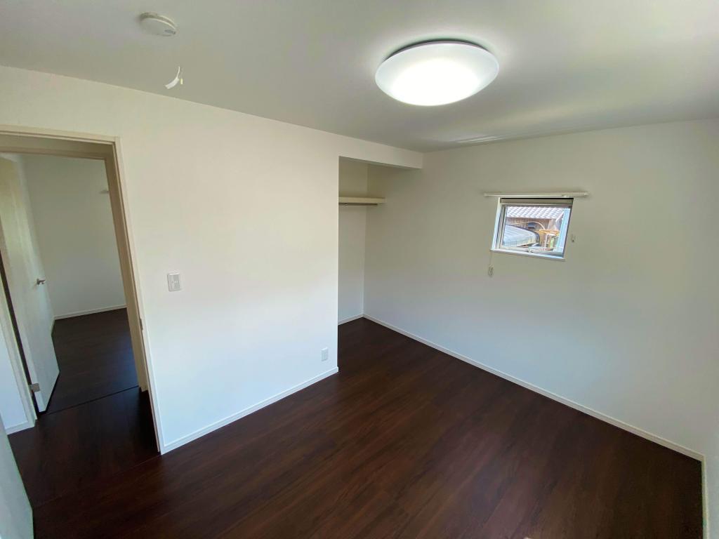 武雄市朝日町 新築建売 「OURS 武雄 甘久8号地」◆洋室 居室は扉のないタイプの収納で狭苦しさを感じさせない解放感のある空間を演出しました。