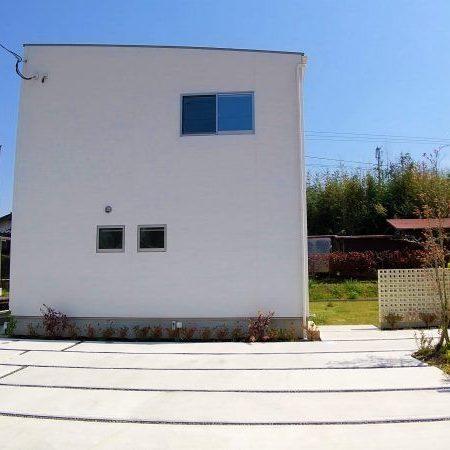 武雄市朝日町 新築建売住宅「OURS 武雄 甘久8号地」◆外観 広い専用庭付き!子供が遊ぶ光景がうかんできます。洗濯物や、天気のいい日にはテーブルを置き、読書などしてみてはいかがでしょうか。