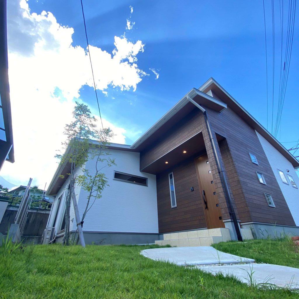 武雄市武雄町新築建売住宅「OURS武雄富岡3号地」◆外観 玄関までのアプローチはスロープになっており、駐車場は3台駐車可能です♪