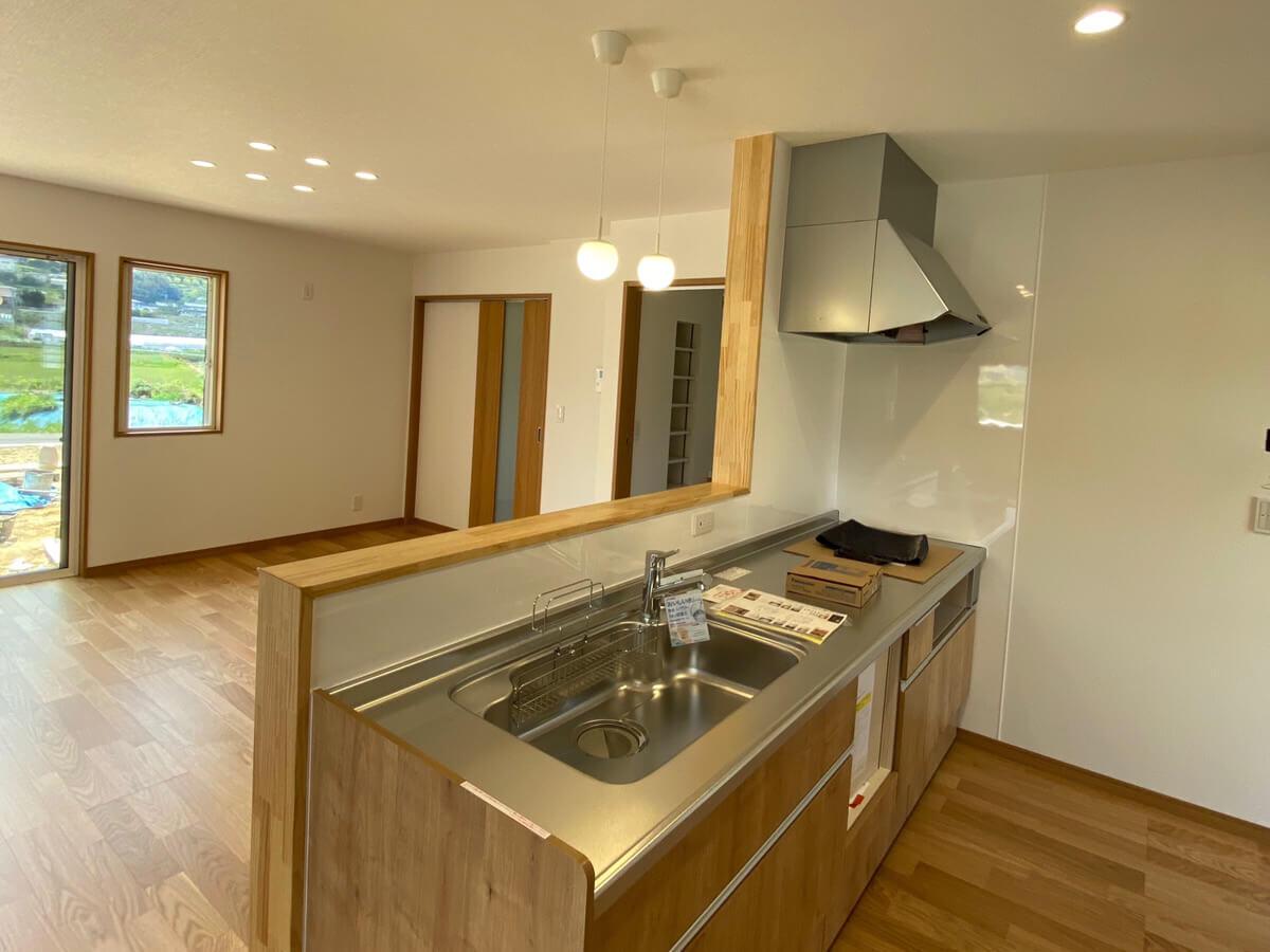 大村市新築戸建建売住宅「OURS大村小川内4号地」キッチン ◆対面式キッチンを採用しました。家族の姿が間近に感じられて、楽しくお料理ができそうですね!